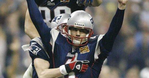 Adam Vinatieri depois de chutar o field goal da vitória no Super Bowl XXXVI.