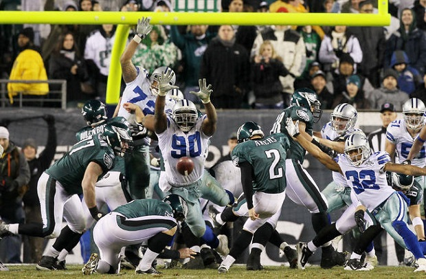 David Akers chutando para o Philadelphia Eagles (Getty Images).