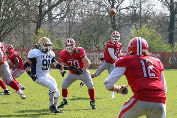 Amsterdam Crusaders QB Allan Bridgford completing a pass vs. the Leiden Lightning (Courtesy of Bob De Calonne)